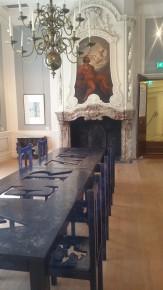 Een van de zalen met een tafel van Jan Fabre: Tafel voor Ridders van de Wanhoop (VERZET), 2006