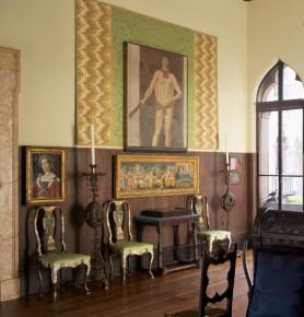 Vroege Italiaanse Kamer, met de grote Hercules, van Piero della Fransesca circa 1467 boven een werk van Fransesco di Stefano, 15 e eeuw Florentijns, en vier van de 12 stoelen Rome midden 17e eeuw, © ISABELLA STEWART GARDNER MUSEUM, BOSTON