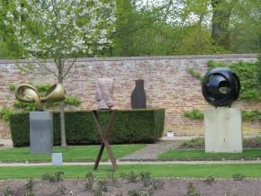 Monogram, 1975 (links) en Ronde Vorm, 1974 (rechts) Hedwig Zweerus-Weber; in het midden Grote Vrouwenkop, Zadkine, 1927