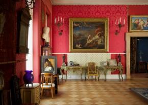 De Italiaanse kamer met in de achtergrond de roof van Europa door Titiaan 1561-62. Onder het schilderij hangt een stuk zijde uit een japon van de Parijse couturier Worth, een dierbaar kledingstuk van Isabella Gardner. © ISABELLA STEWART GARDNER MUSEUM, BOSTON