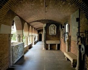 Deel van de kloostergang om de centrale binnenplaats, eigen foto, 2015