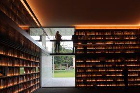 In de bibliotheek ziet men ook de tuin