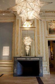 De krioonluchter Planeet, van Hans van Bentem hangt in de balzaal tussen twee spiegels waardoor je een gevoel van oneindigheid krijgt.