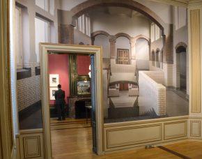 Doorkijk van zaal 8 naar zaal 7. Op de muur zit een foto van een andere kunst uit het trappenhuis