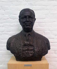 Buste van Jan de Pont in de hal van het museum