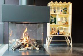 De 'lounge'met haardvuur en poppenhuis museum