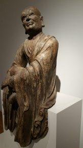 Een luistrende lohan, een volgeling van Boeddha, beschilderd en gelakt hout, glas, China 13e-14e eeuw