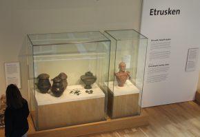 Enkele voorwerpen van de Etrusken, ondermeer (rechts) een urn of kanoop.